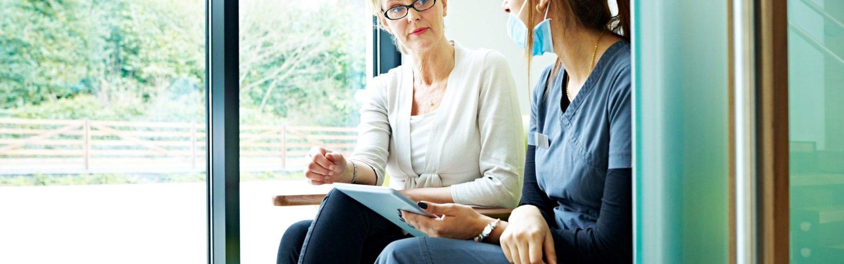 2 Frauen im Büro-Gespräch