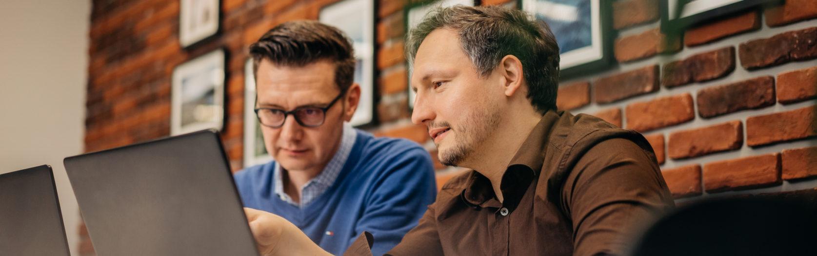 Männer im Café