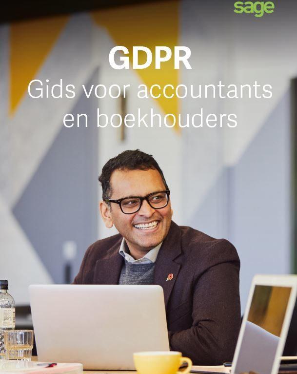 """De voorpagina van de whitepaper waar een lachende man met een laptop op staat, en het opschrift: """"GDPR Gids voor accountants en boekhouders"""""""